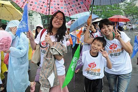 許多家庭不畏風雨走上街頭.JPG