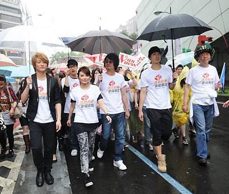 展望會杜會長(右起)、吳建豪、F.I.R、潘瑋柏.從東區帶領民眾走向市政府.JPG