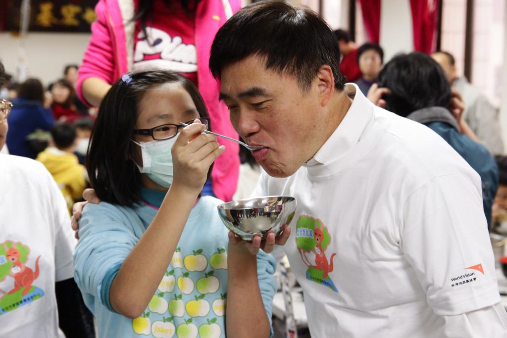 寄養兒童請台北市長郝龍斌嚐嚐自己親手搓的湯圓-台灣世界展望會提供.jpg