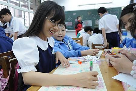 畫上台灣和日本國旗,中間用一顆愛心相連,一張畫代表重慶國小403的陳姿穎內心的祝福(台灣世界展望會提供).JPG