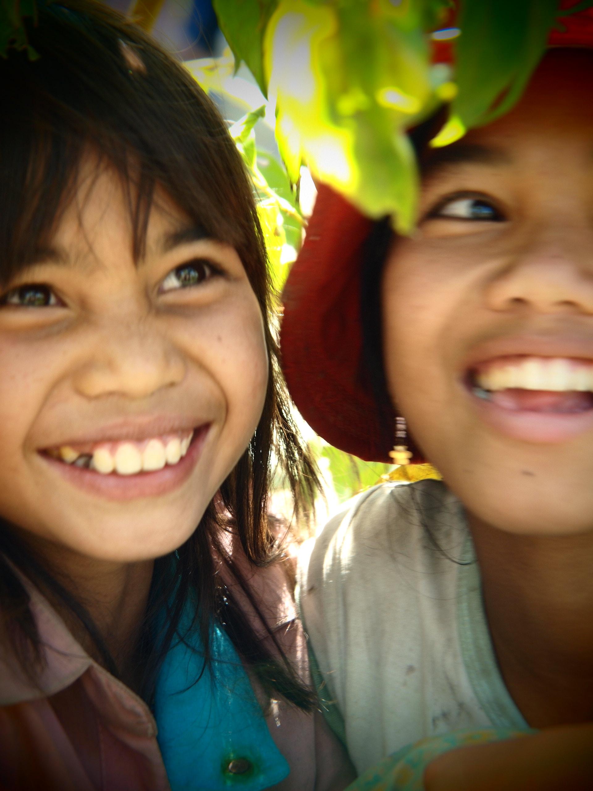 04代言人張鈞甯拍攝,孩子燦爛的笑容佔滿整個畫面,彷彿這個世界充滿歡樂;然後孩子身後看不見的艱苦背景,卻是他們必須用笑容去戰勝的生命挑戰-台灣世界展望會提供.JPG