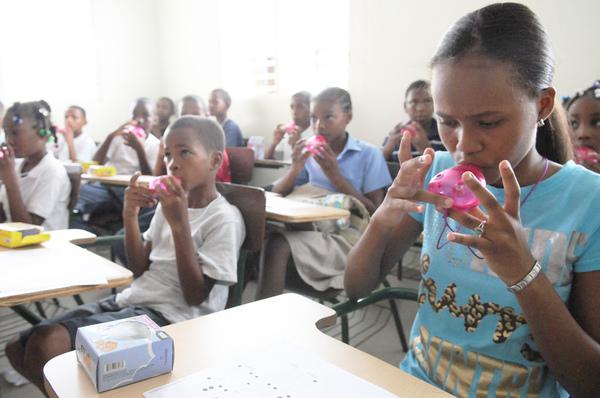 多明尼加兒童練習吹...jpg