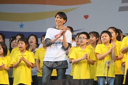 周美青女士與小朋友們合唱愛我們的家.JPG