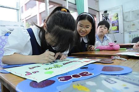 堅持為「Never give up」塗上繽紛色彩,學童們希望日本災區小朋友可以更有勇氣走過困境(台灣世界展望會提供).JPG