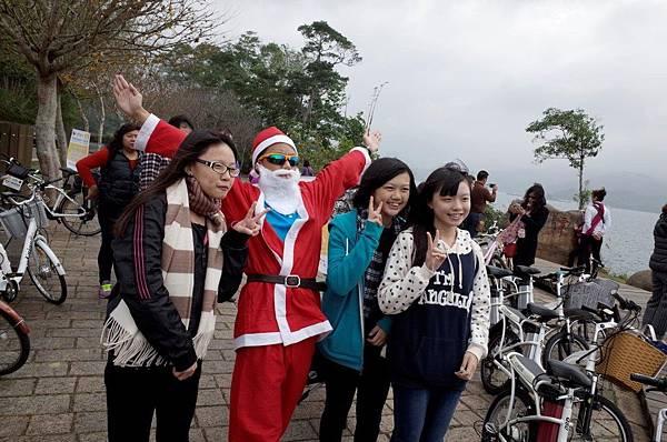 民眾開心與耶誕老人合照
