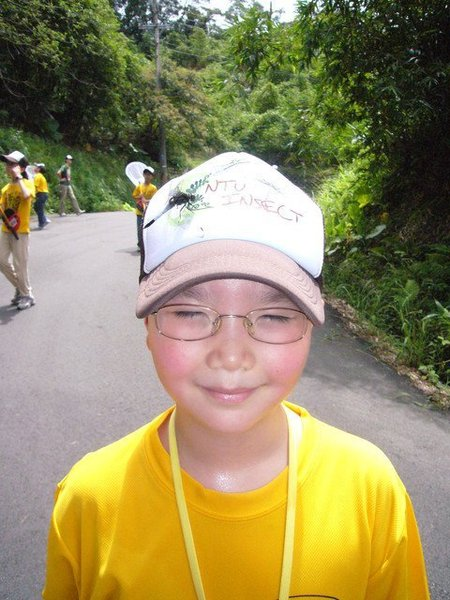 蜻蜓停在小朋友帽子上
