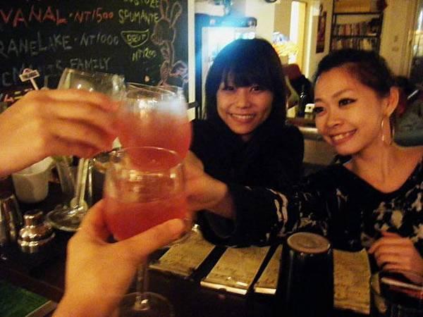 病容少女和老妞祝大家新年快樂囉! (忙到最後一刻的我們當然要來舉杯慶祝一下啊!)
