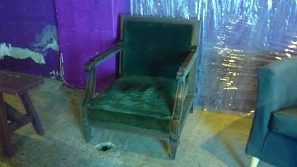 復古太師沙發椅一張,2000元。
