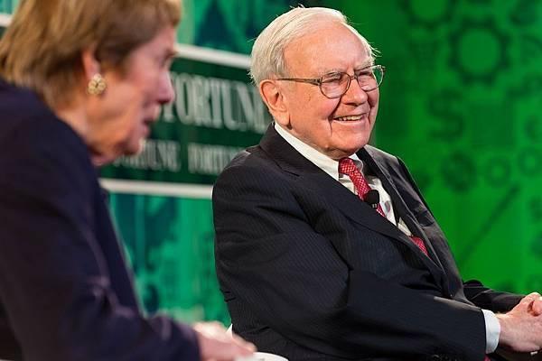 Warren Buffett_flickr_fortunelivemedia_10311278724_僅編輯使用_Fortune Live Media.jpg
