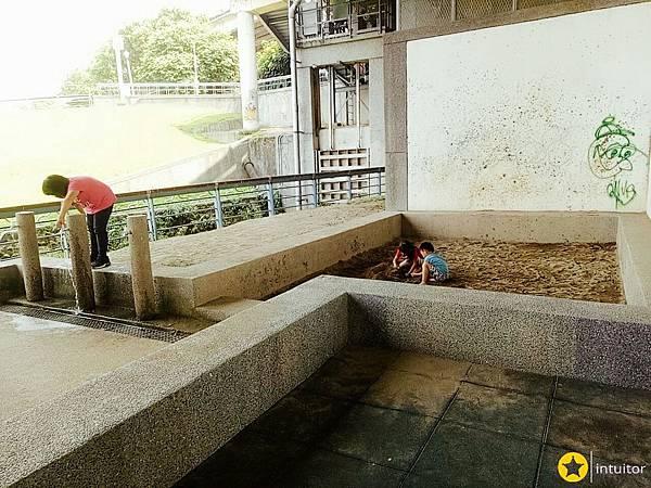 永福橋下滑梯4.jpg