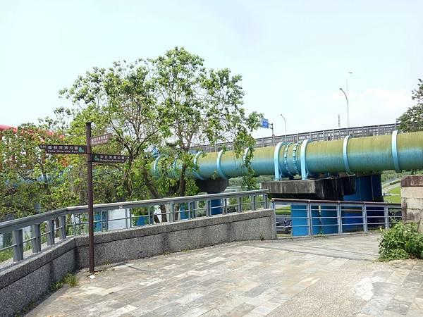 永福橋下滑梯1.jpg