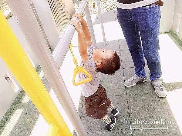 林口樂活公園捷運車箱遊具2.jpg