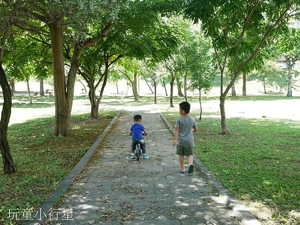 河濱運動公園(八掌溪親水公園)/林蔭茂密,騎車散步好所在/嘉義親子景點/自行車道