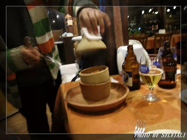 陶罐料理01-要用湯匙敲開.jpg
