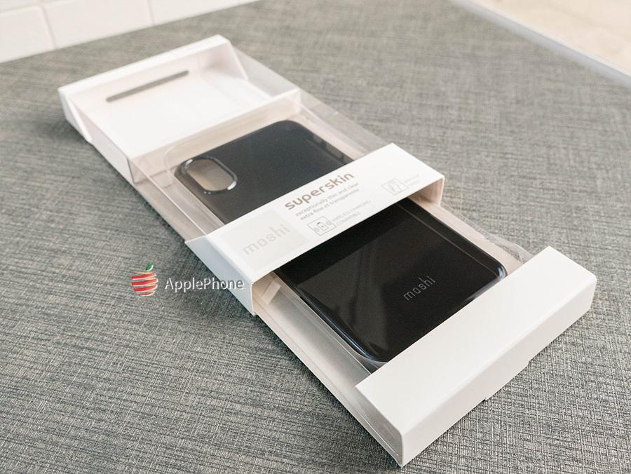 我們拿 iPhone Xs/X 型號開箱,隱魅黑顏色讓人感覺神秘  SuperSkin 推出兩個顏色,隱魅黑與晶透  支援的型號有:iPhone Xs max、XR、Xs/X、8/7 & Plus。