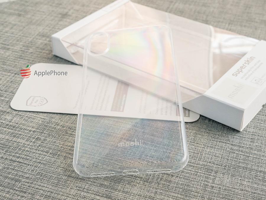 晶透感覺稍微霧白,內層磨砂,不易留指紋  在安裝保護殼時,容易清潔