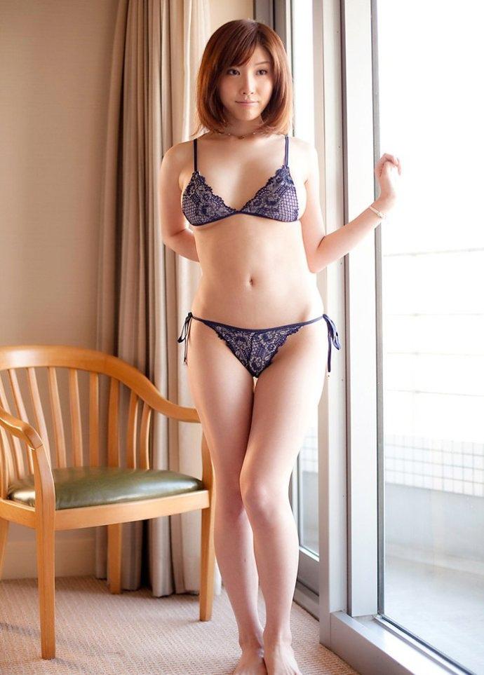 美臀美女演绎人体艺术