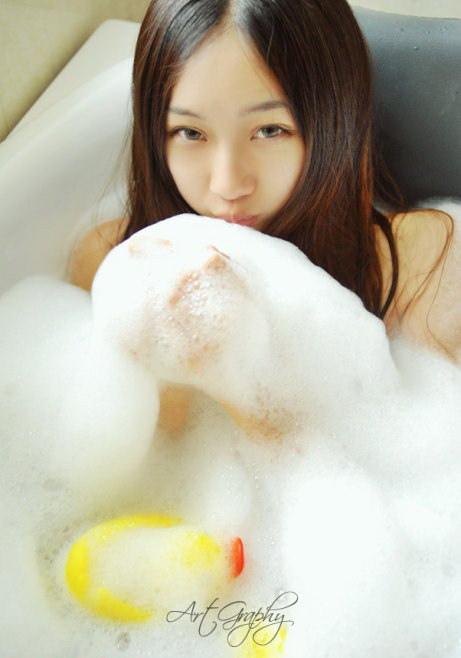 浴缸里的美女可爱着挑逗了