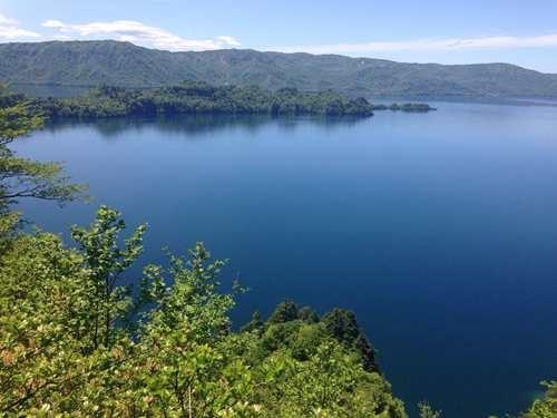 橫跨青森縣與秋田縣間的十和田湖,是標高400公尺的二重火山湖.jpg
