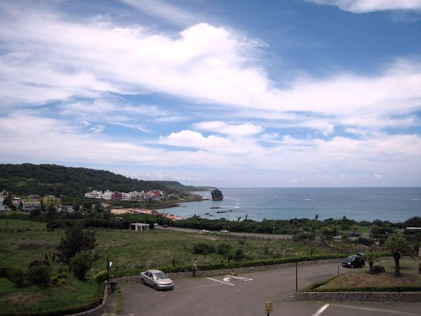 從歐克山莊遠拍船帆石沙灘(遠遠的石頭就是船帆石).JPG