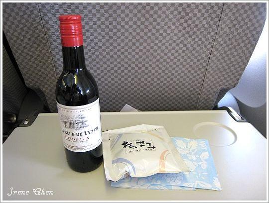 1-04-日亞航機上紅酒&小餅乾.jpg
