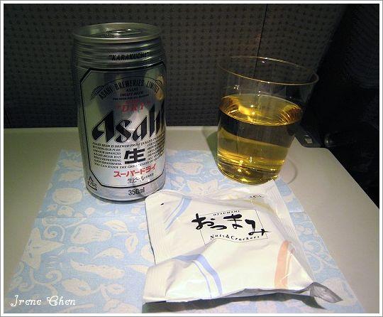 5-06-日亞航機上啤酒+餅乾.jpg