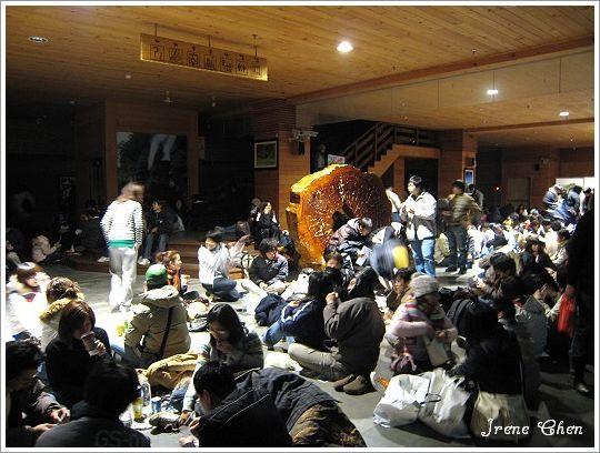 阿里山夜未眠-04阿里山車站等買票人潮.jpg