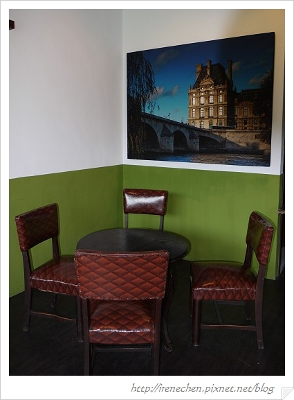 小熊書房20-2樓很小的四人桌.jpg