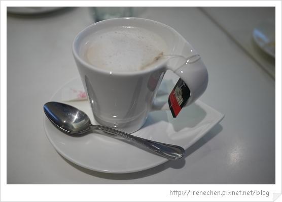 Tiffany cafe-07-可續杯的奶茶.jpg