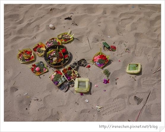 Bali254-南灣沙灘上的祭品.jpg