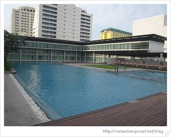 2010曼谷041-Pullman King Power超大泳池.jpg