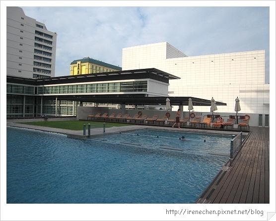 2010曼谷042-Pullman King Power超大泳池.jpg