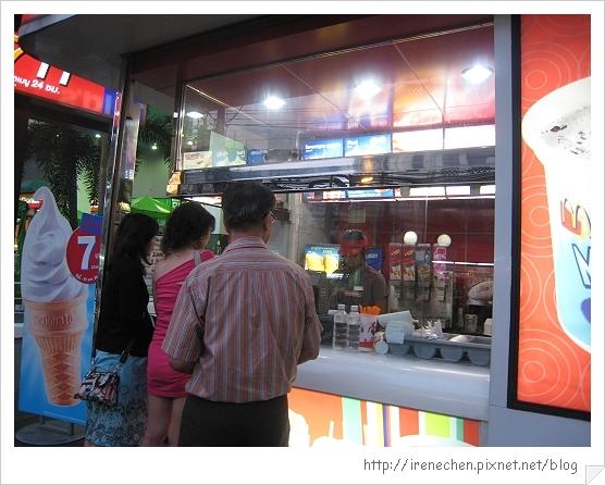 2010曼谷079-蛋捲冰淇淋只要7元.jpg