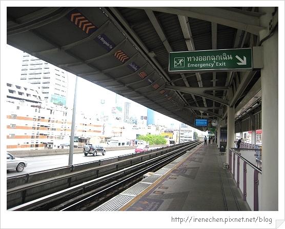 2010曼谷103-沙潘塔克辛站月台.jpg
