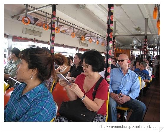2010曼谷112-人坐滿滿的船.jpg