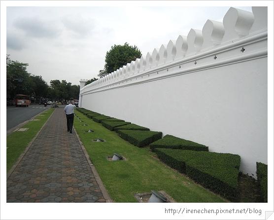 2010曼谷116-往大皇宮路上的潔白外牆.jpg