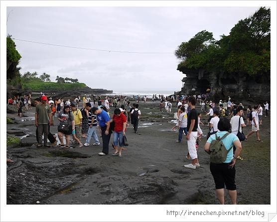 Bali192-海神廟很多人.jpg