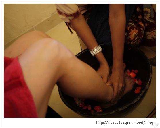Bali381-Inna飯店SPA房間花瓣水洗腳.jpg