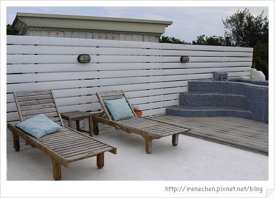 墾丁米克諾斯民宿18-躺椅和泳池近拍.jpg