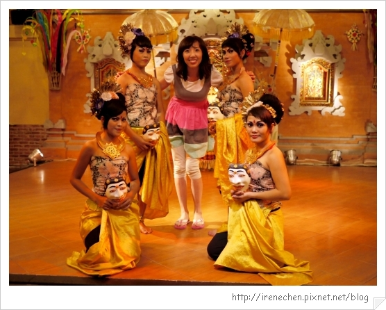 Bali216-珍寶餐廳和舞者合影留念.jpg