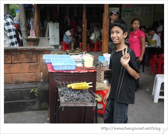 Bali183-海神廟(賣玉米的弟弟).jpg