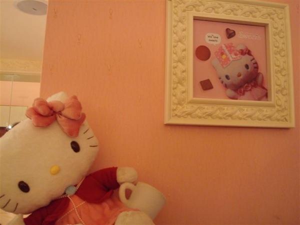 Kitty一景9_牆上裝飾.JPG