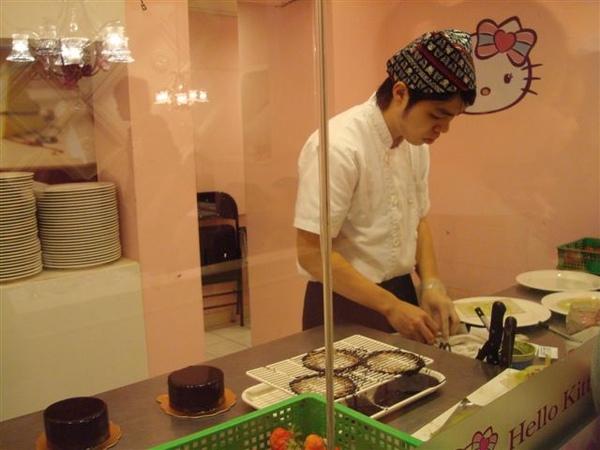 Kitty做蛋糕1_師傅.JPG