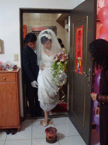 婚禮行進中1_踩瓦片.JPG
