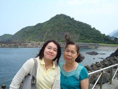 媽&我1_in南方澳海景.JPG