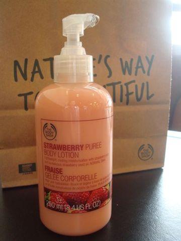 2009週年慶1_THE BODY SHOP草莓身體乳液.JPG