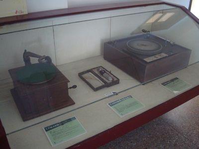 台中放送局展室1_手搖式唱機.JPG