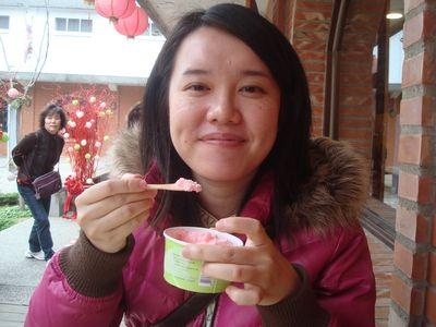 是我2_吃草莓優格冰淇淋.JPG