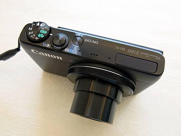圖9 S120的onoff鍵略低於相機平面,造成使用不便。