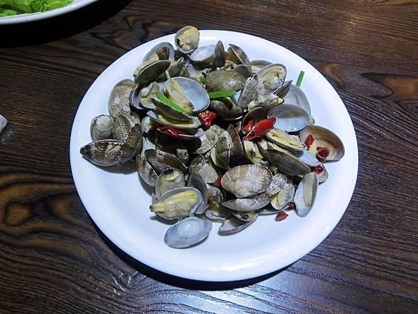 圖13 辣炒蛤蜊是青島海鮮店必備名菜